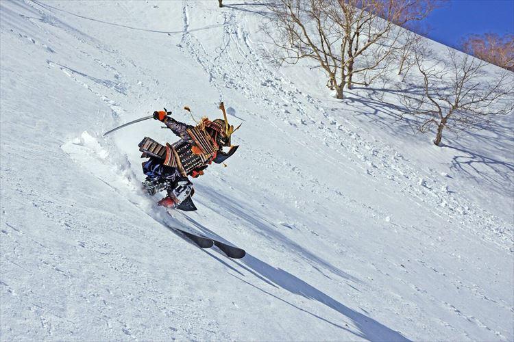 まさに冬将軍!甲冑を着て滑るスキーヤーの写真が超絶カッコイイ!