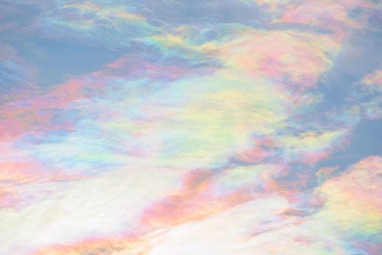 まるで天女の羽衣!突如現れた神秘的な『彩雲』が美しすぎる!