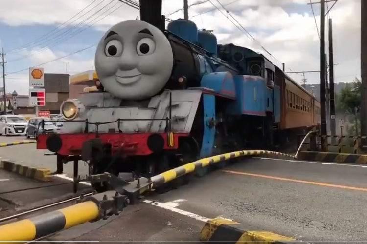 【すごい光景】あの『トーマス号』が街中の踏切を通過する動画がおもしろい
