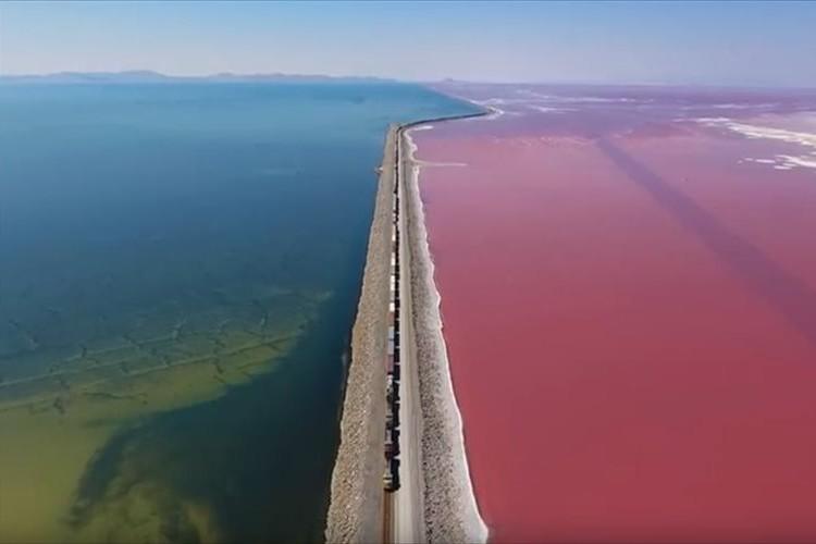 【動画】えっどういうこと!?緑と赤にはっきりと分割された湖が不思議すぎる