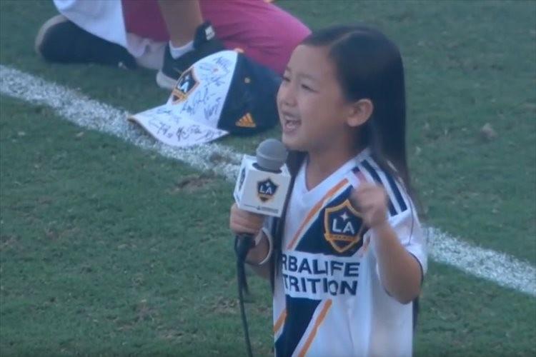 7歳少女の国歌斉唱を世界が称賛!イブラヒモヴィッチも「彼女がこの試合のMVPだ」とツイート
