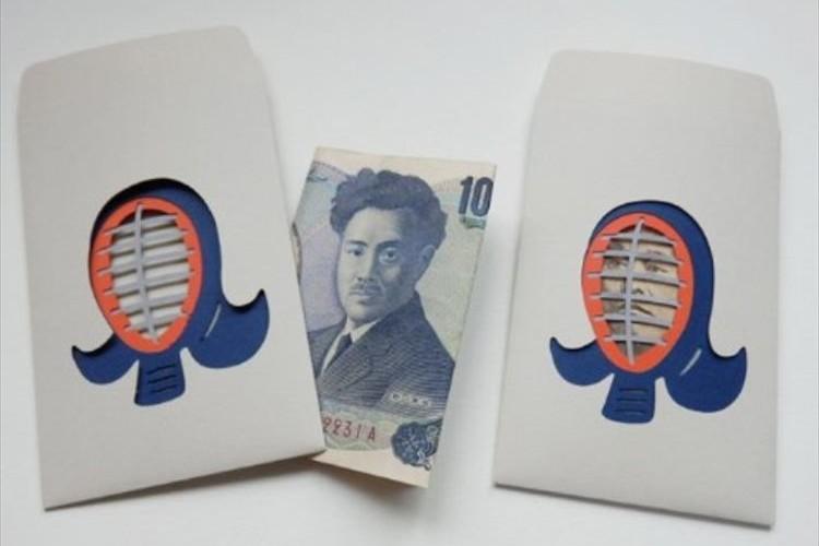 お札を折って中に入れると顔の部分が現れる!顔抜きぽち袋「剣道」が面白い