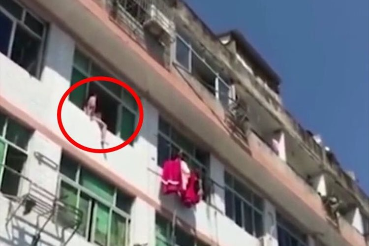 窓から飛び降りようとしていた女性が、まさかの方法で救出される!