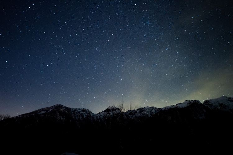 星空を見上げると、ほら、流れ星。10月21日はオリオン座流星群が極大を迎えるよ!