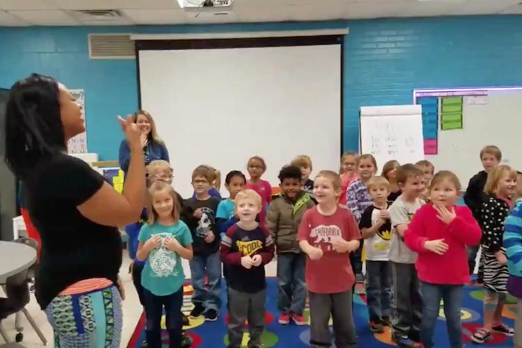 聴覚障がいのある用務員にバースデーソングをサプライズ!園児たちの心こもった手話にほっこり