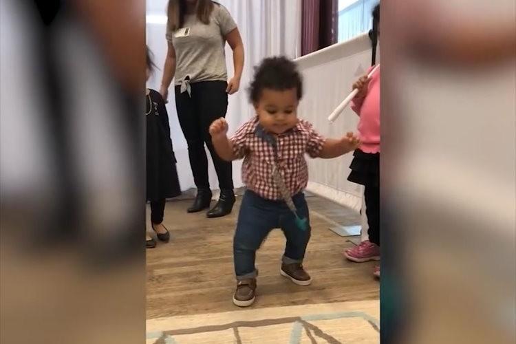 【動画】生まれて初めて歩けた瞬間の赤ちゃん…弾ける笑顔とリアクションが微笑ましい♪