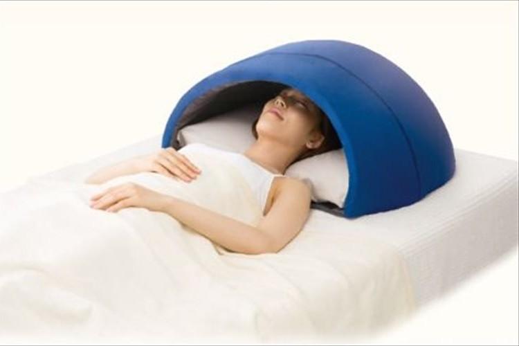 """適度な閉塞感と静けさを実現!""""かぶって眠る快眠ドーム""""が心地良さそう!"""