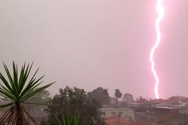 【決定的瞬間】自然の脅威を改めて実感…雷が超至近距離に落ちた瞬間の映像が恐ろしい