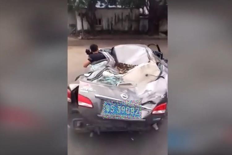 【動画】こんな状態でよく動くよな…中国でスクラップ寸前の状態で走る車が話題に!