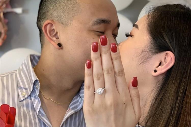 婚約指輪をはめた素敵な記念写真…と思いきや、ユニークなトリックが隠されていた!