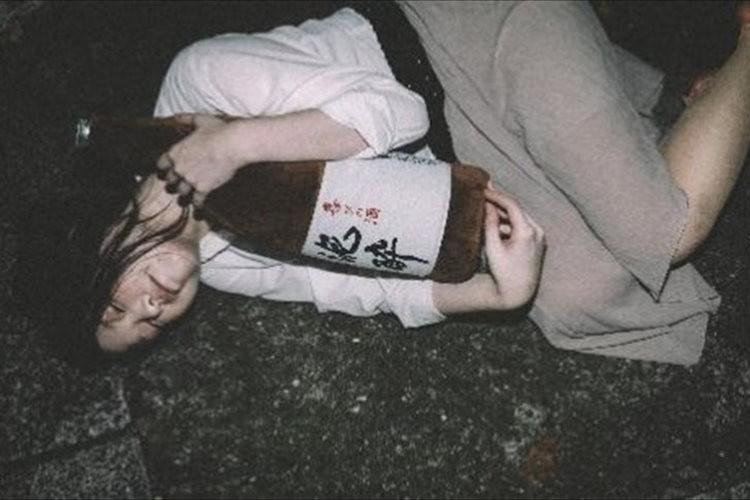 """酒好き歓喜!?まるで泥酔しているように見える""""一升瓶の抱き枕""""が面白い"""