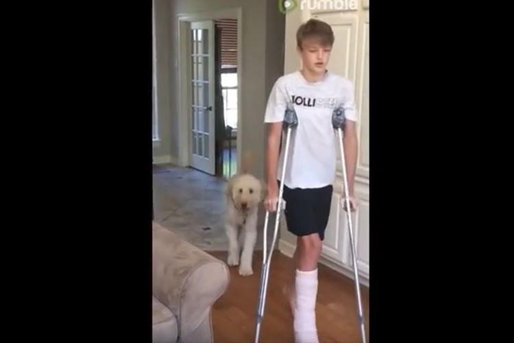 松葉杖で歩く飼い主…歩き方を真似しながらついていくワンコが微笑ましい♪