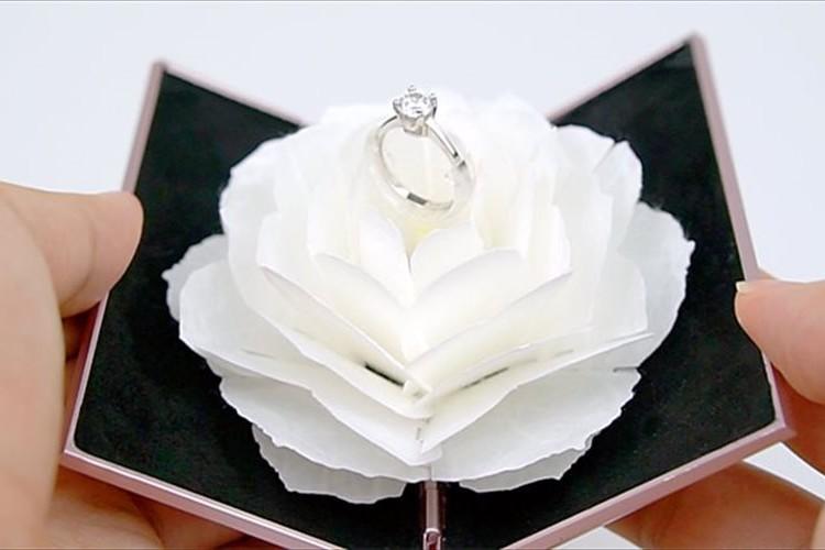 感動的なプロポーズを演出!花が開くと同時に、回転しながらリングが現れるケースが面白い