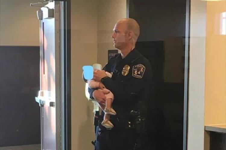 母親がDV被害届を書く数時間にわたって、赤ちゃんを抱っこし続けた警察官に称賛の声