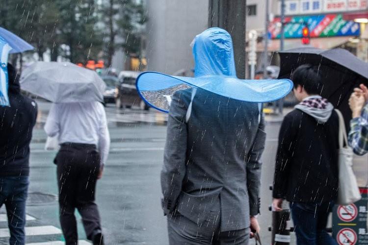 「街中でかなり目立ちますね」傘なのに両手が使えてカッパのように蒸れない『手ぶら傘』が斬新!