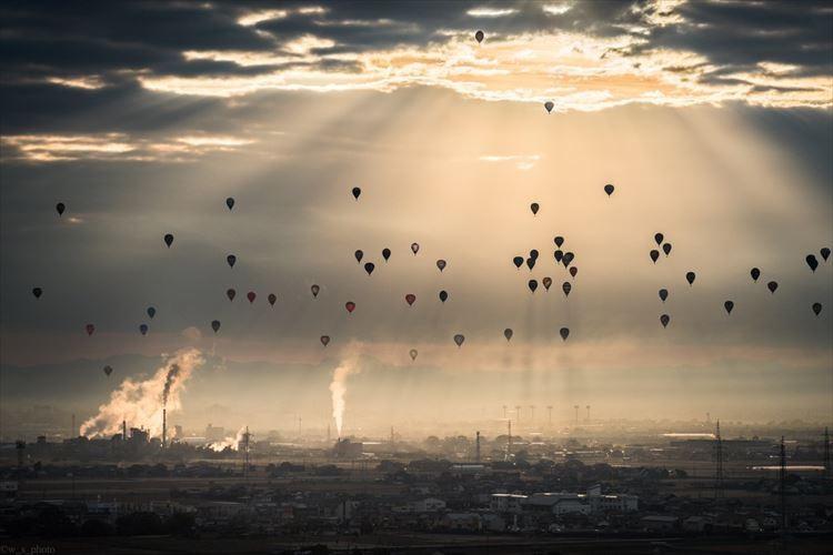 壮大で最高に神々しい!空に浮かぶバルーンを撮影した写真が話題に