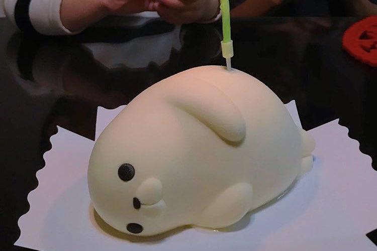 腰にロウソクがぶっ刺さっていて可愛い!台湾で売ってるアザラシのアイスケーキが話題に