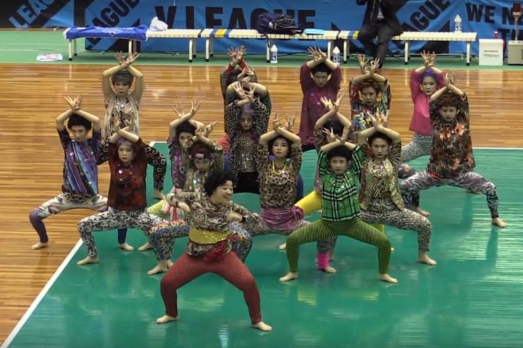 女子バレーの試合会場に登美丘高校OGおばちゃんダンス軍団が登場!キレキレダンスに拍手喝采
