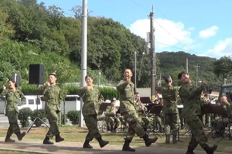 自衛隊がDA PUMPの「U.S.A.」に合わせてキレッキレのパフォーマンスを披露!