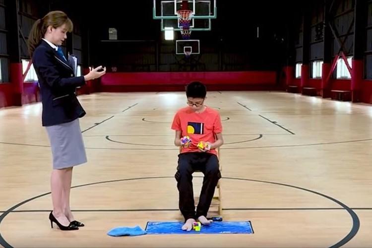 【ギネス世界記録】3つのルービックキューブを両手両足を駆使してあっという間に解く神業が話題に!