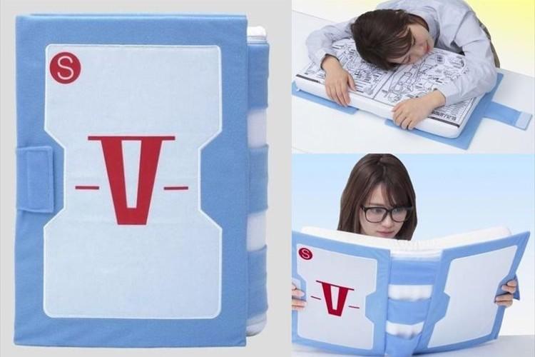 ガンダムの「V作戦マニュアル」を再現した本型クッションが面白い!仕事や勉強の一休みにオススメ