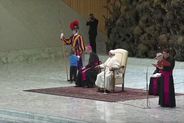 ローマ法王の謁見中に子どもが壇上に飛び出すも「そのまま遊ばせてやりなさい」…参列者から喝采