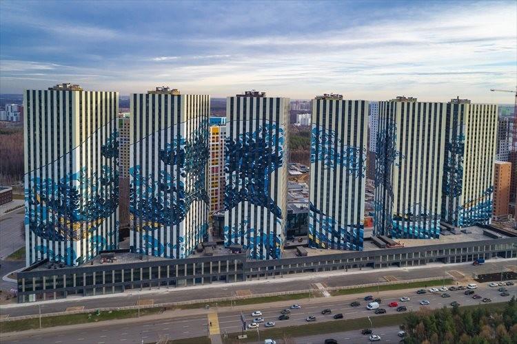 葛飾北斎の「神奈川沖浪裏」がモスクワの団地に描かれていた…6万平方メートルにも及ぶ壮大な壁画!