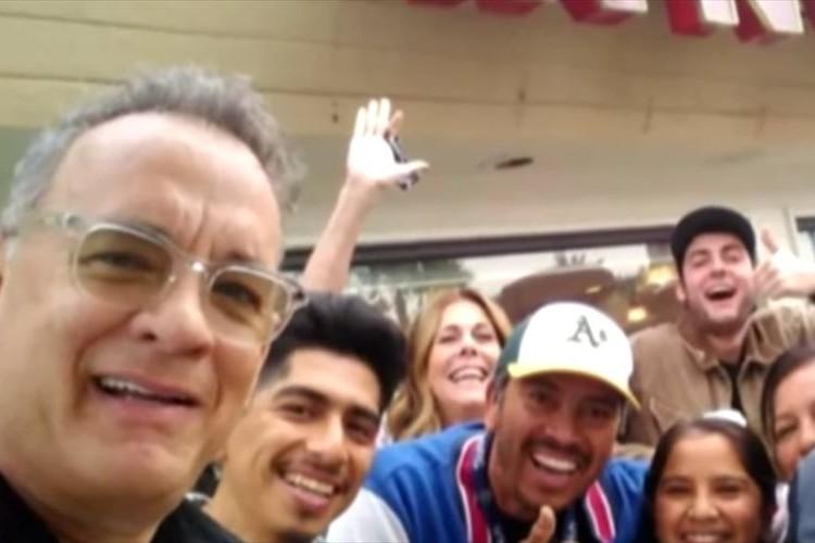店内の客と自撮りしたり…トム・ハンクスがバーガー店で気さくにファン達と交流する姿が話題に!