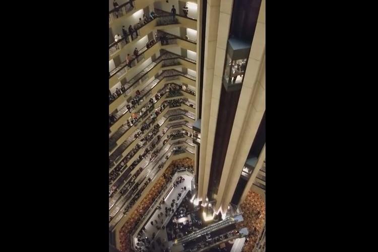 ホテルの吹き抜けがコンサートホールのような空間に!合唱団がバルコニーに出てきて国歌斉唱