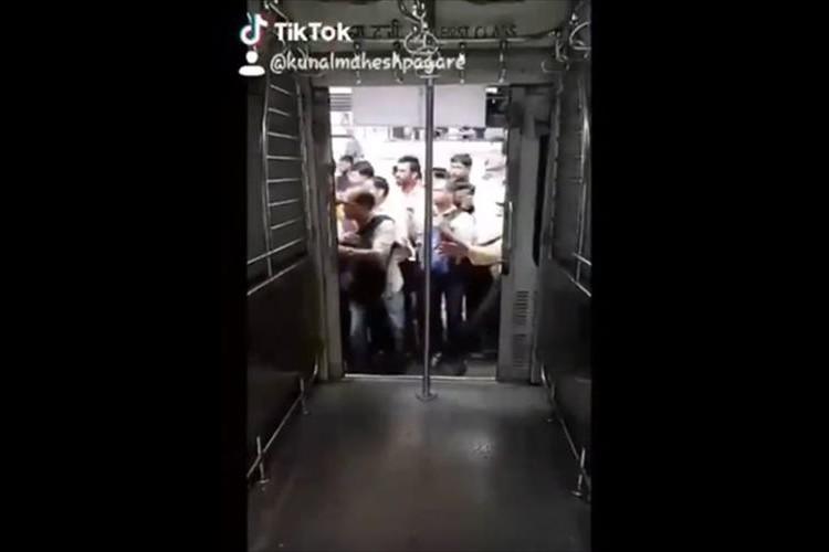 こんな電車の乗り方あるかよっ!一歩間違えれば大惨事…インドで危なすぎる電車の乗り方が目撃される