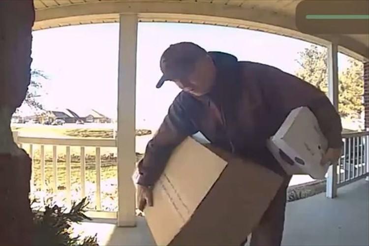 家の前で郵便局の配達員が陽気に踊り始めた!?監視カメラがとらえた映像に家族が爆笑