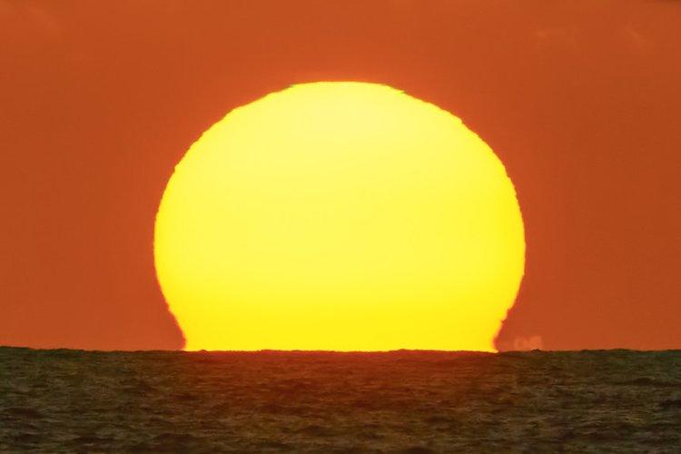 太陽が沈む直前に見られる稀な現象「グリーンフラッシュ」を撮影した写真が神秘的で美しい