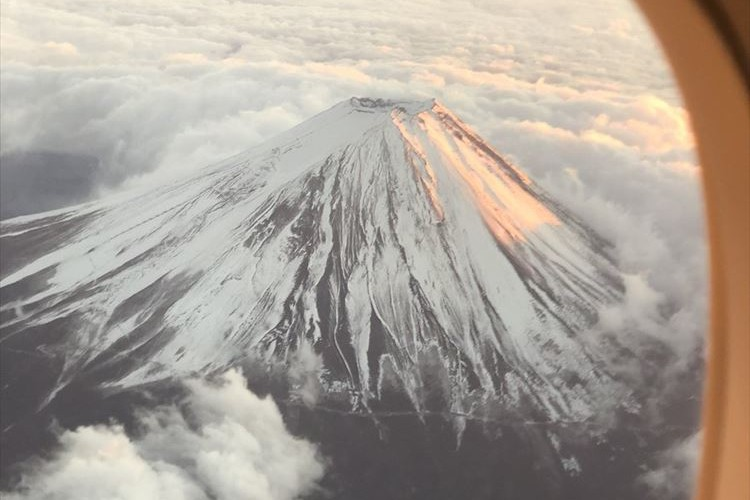 「ここまで綺麗な富士は過去に数えるほどしか...」機長も感動した富士山が話題に