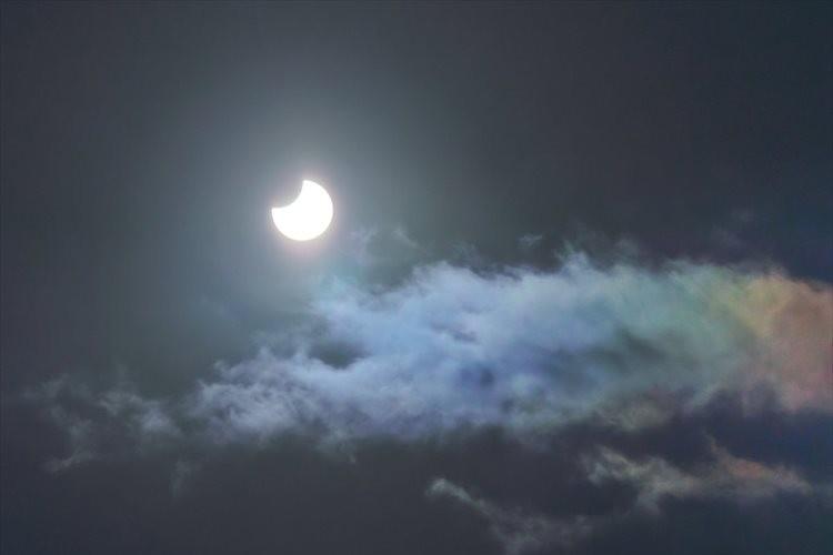 まさに奇跡のコラボ!「部分日食」と「彩雲」をとらえた幻想的な光景に反響