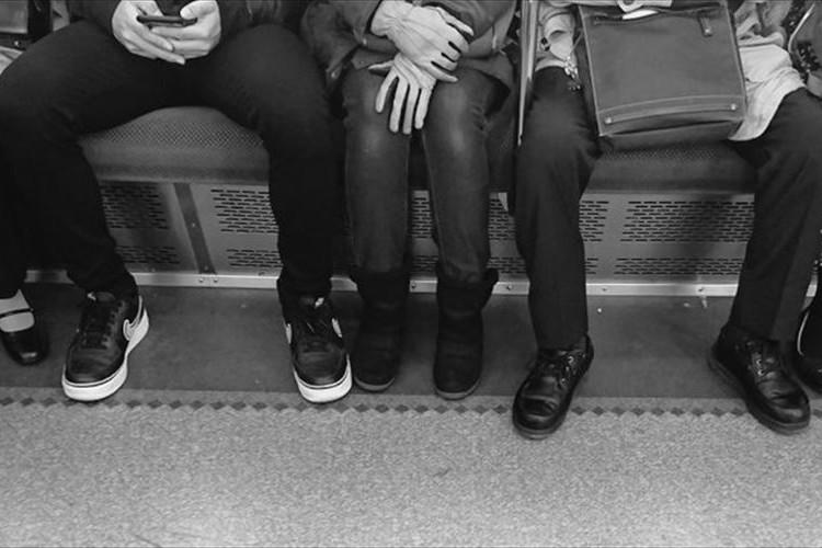 【電車での座り方】男女差が激しすぎる電車内での光景に大きな反響