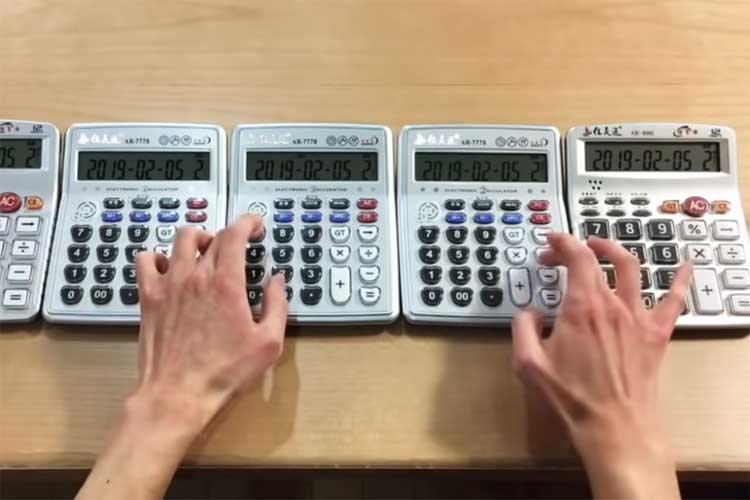まるでファミコンのBGM!5台の電卓で『残酷な天使のテーゼ』を演奏する動画がスゴイ