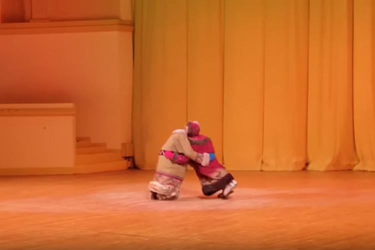 民族衣装を着た2人が相撲をとっていると思ったら...衝撃的なラストが待っていた!