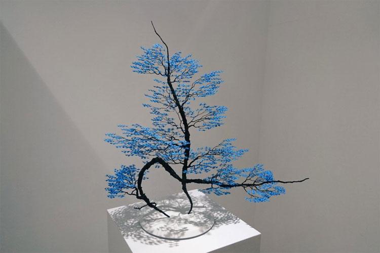 """青い木かと思ったら…葉は3,000羽の""""折り鶴""""だった!素晴らしく美しいオブジェが話題に"""