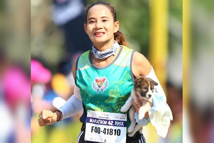 子犬を抱いて30km完走!マラソン大会中に子犬を保護した女性が話題に