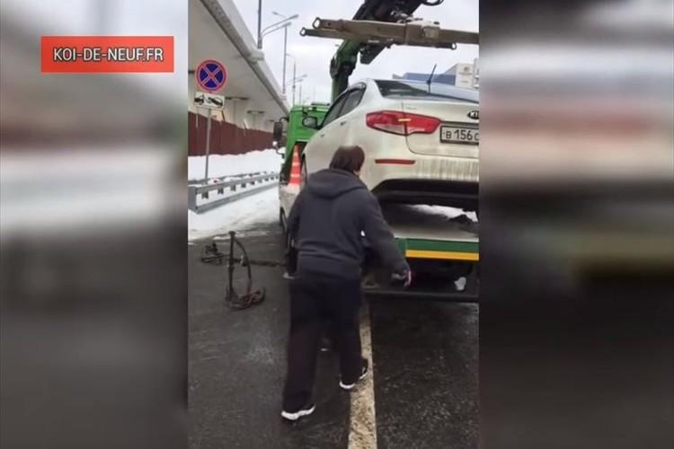 レッカー車の荷台にある自分の車に乗り込んだ男性が、まさかの行動を起こす!