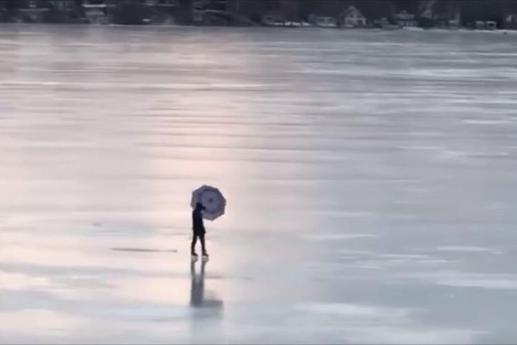 強風の日に傘を広げて凍った湖の上を滑るだと!?一風変わったスケーターが話題に!