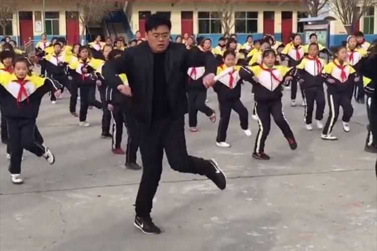怖いぐらいに揃いすぎ!中国の小学校で校長先生が子供達と一緒にキレッキレのダンスを披露!