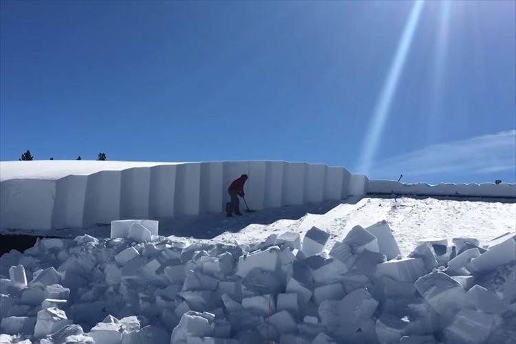屋根の上に降り積もった2メートル以上の雪!大変すぎる雪下ろしが話題に