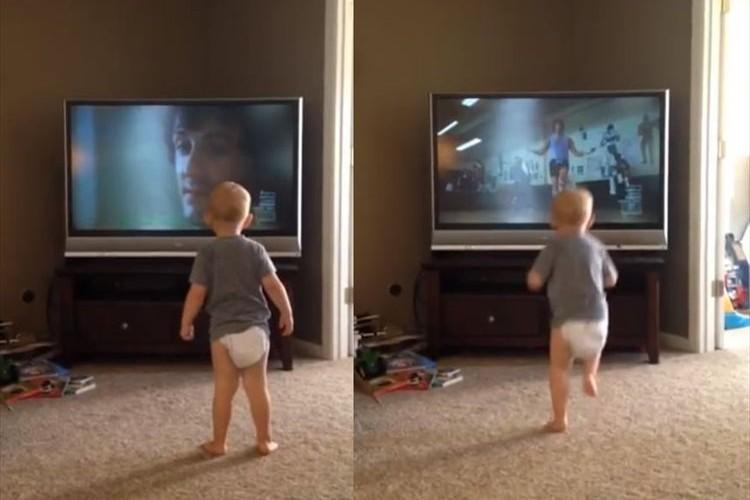 映画「ロッキー」のトレーニングシーンを完コピしている赤ちゃんが可愛すぎる♪
