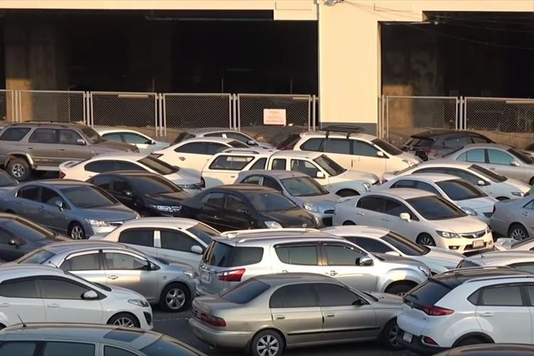 世界で最もぎっしり詰まった駐車場!?まわりの車をどかさないと出られない…