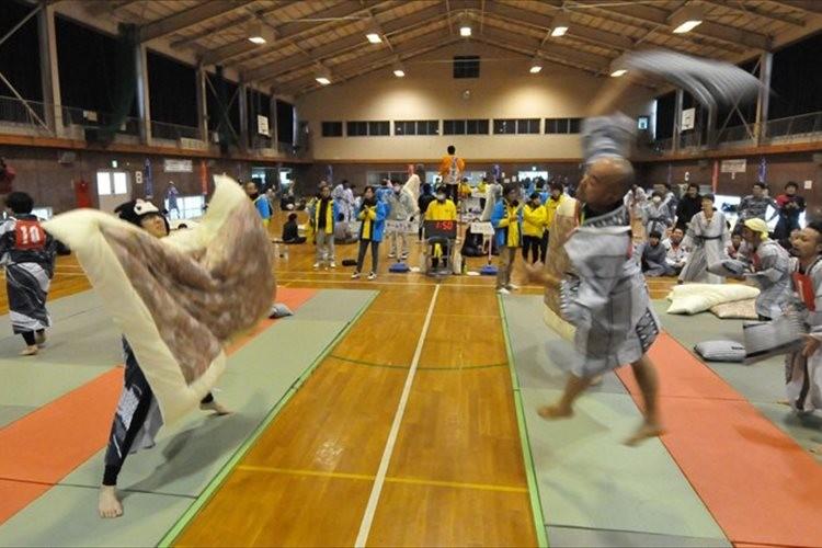 修学旅行の思い出を再現した競技「全日本まくら投げ大会」が今年も開催!