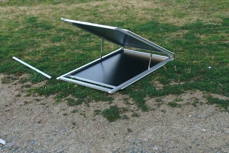 地下空間への入り口か…!?芝生の上に突如出現した扉の正体とは?