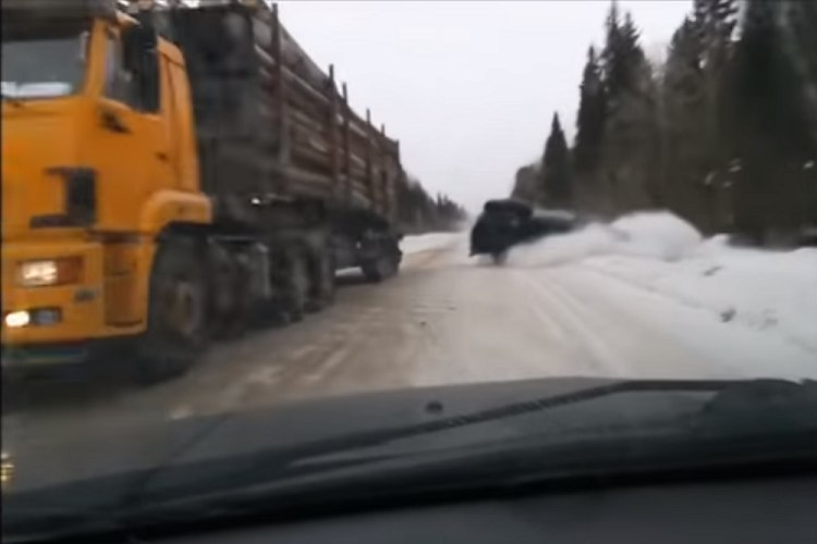 雪道でコントロールを失った対向車と激突寸前!緊迫の一部始終が撮影され話題に