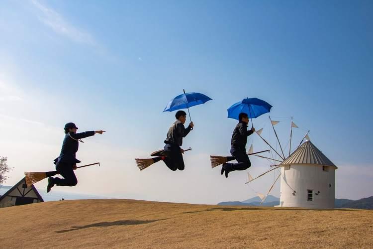 「コラー、そこの傘さし運転!」香川県警発信の『魔女宅ロケ地』からおくる安全情報がカワイイ