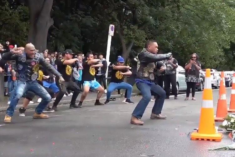 NZのクライストチャーチで起きた銃乱射事件の犠牲者を悼み、バイカーたちが鎮魂のハカを捧げる